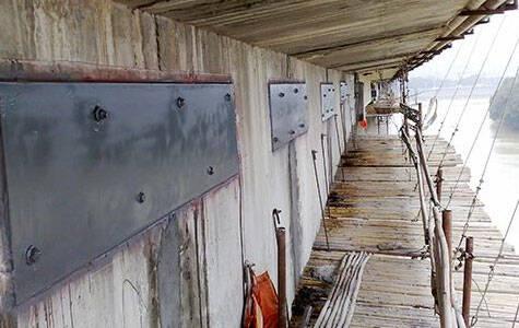 粘贴钢板以加强混凝土